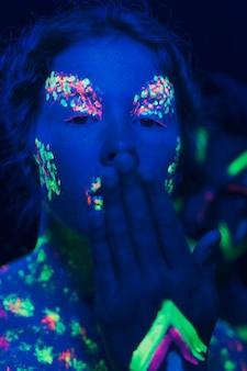 Vista do close-up da mulher com a mão na frente do rosto