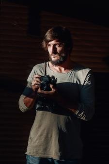 Vista do close-up das mãos do homem segurando a fita cassete