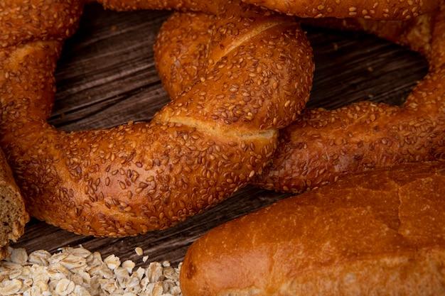 Vista do close-up de bagels com flocos de aveia em fundo de madeira