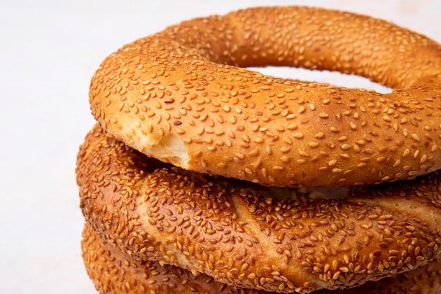 Vista do close-up de bagels turcos no fundo branco