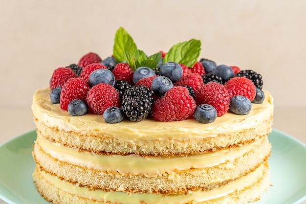Vista do close-up de bolo caseiro com frutas frescas.