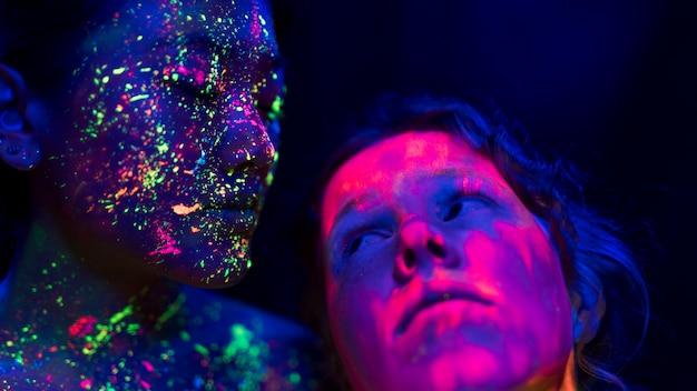 Vista do close-up de duas mulheres olhando uns aos outros