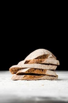 Vista do close-up de fatias de pão com fundo preto