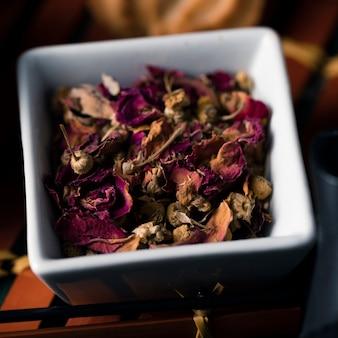 Vista do close-up de folhas e flores aromáticas