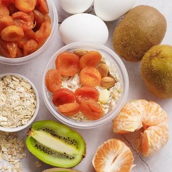 Vista do close-up de frutas frescas e secas