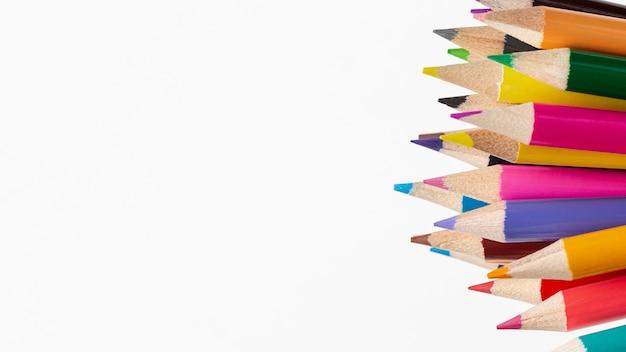 Vista do close-up de lápis coloridos com cópia-espaço
