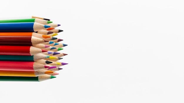 Vista do close-up de lápis coloridos com espaço de cópia