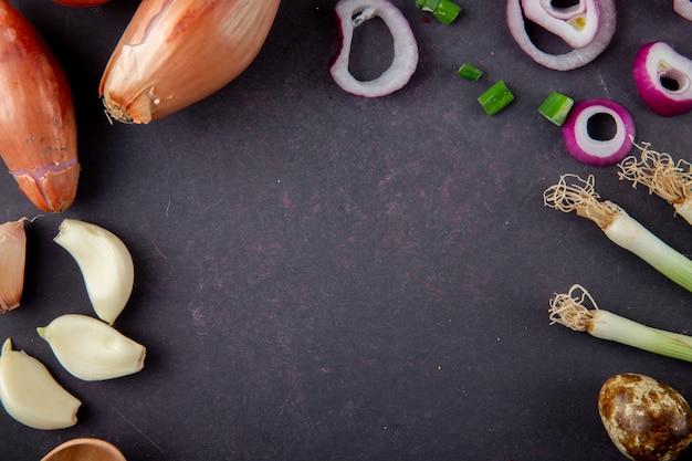 Vista do close-up de legumes como alho cebola cebola chalota ovo no fundo marrom com espaço de cópia