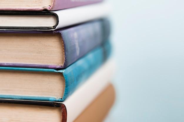 Vista do close-up de livros com fundo desfocado