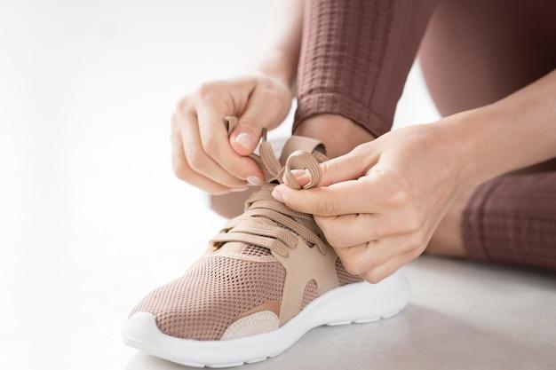 Vista do close-up de mãos e sapatos de desporto