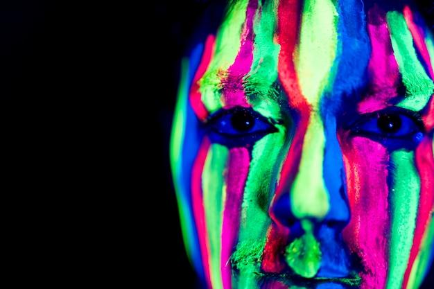 Vista do close-up de maquiagem fluorescente colorida