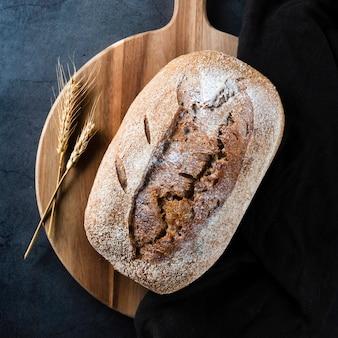 Vista do close-up de pão e trigo no helicóptero