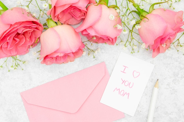 Vista do close-up de rosas e envelope