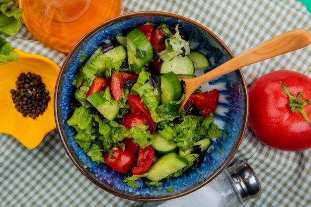 Vista do close-up de salada de legumes com manteiga de tomate sal pimenta derretida