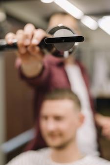 Vista do close-up de secador de cabelo com imagem borrada