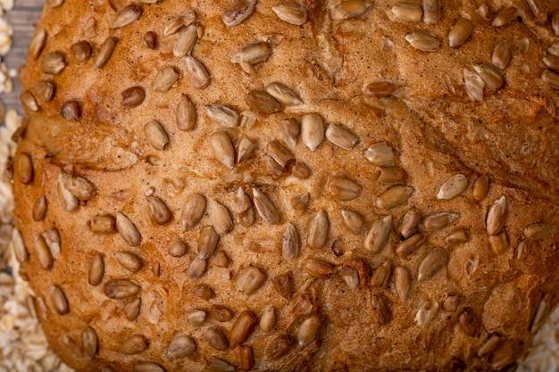 Vista do close-up de sementes de girassol em pão de espiga