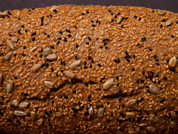 Vista do close-up de sementes de girassol no pão baguete