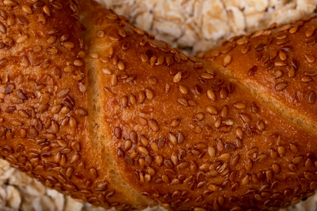 Vista do close-up de sementes de papoila no bagel em fundo de aveia