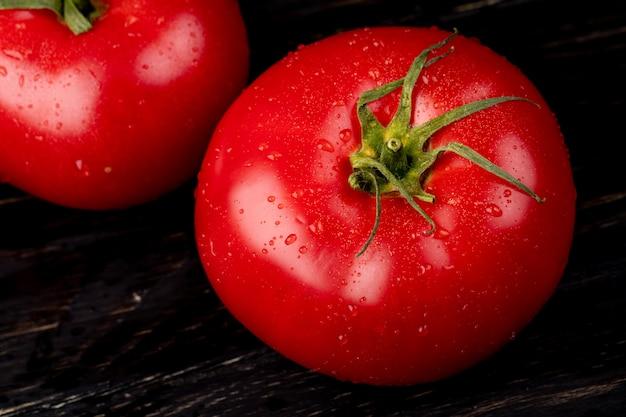 Vista do close-up de tomate na mesa de madeira