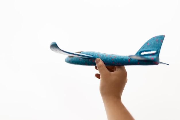 Vista do close-up de uma mão segurando e avião