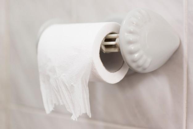 Vista do close-up do banho com rolo de papel higiênico