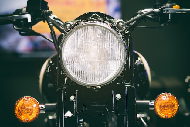 Vista do close-up do farol da motocicleta. farol clássico da motocicleta do vintage ou lâmpada principal.
