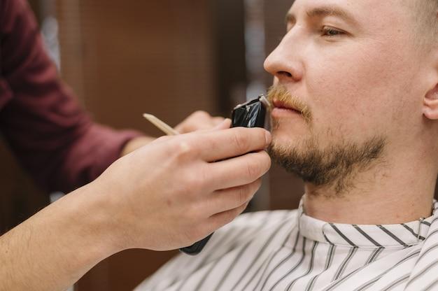 Vista do close-up do homem barbear a barba