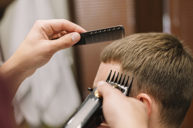 Vista do close-up do homem cortando o cabelo