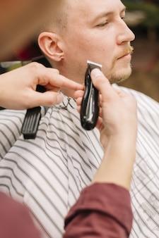Vista do close-up do homem na barbearia