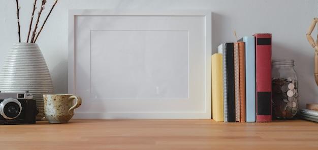 Vista do close-up do local de trabalho moderno com mock up frame e material de escritório