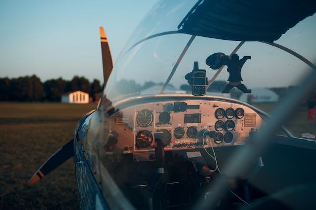 Vista do cockpit de um pequeno avião a motor privado.