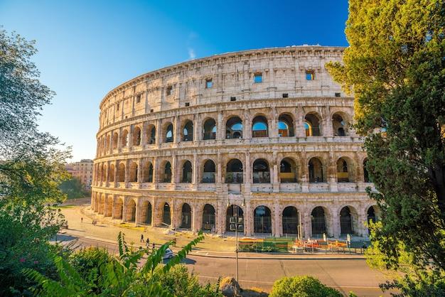 Vista do coliseu, em roma, com céu azul, itália, europa.