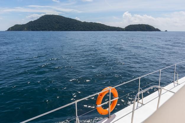 Vista do cruzeiro de iate de luxo em phuket, tailândia