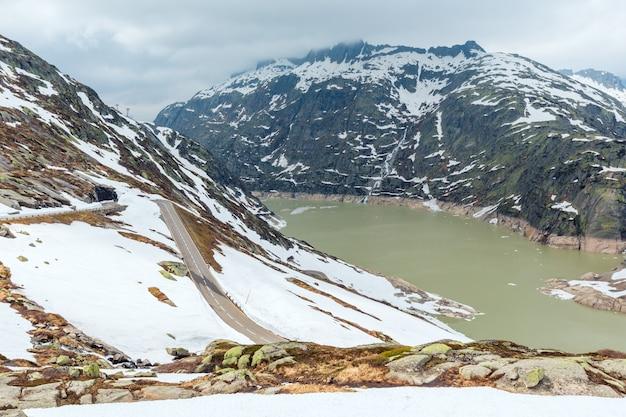 Vista do cume da passagem grimsel olhando para o norte sobre o raterichsbodensee (suíça, alpes berneses).