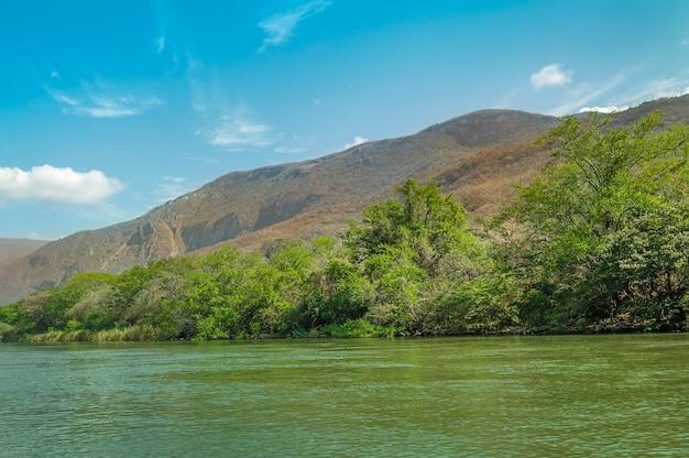 Vista do desfiladeiro sumidero em chiapas, méxico, com um lindo céu azul