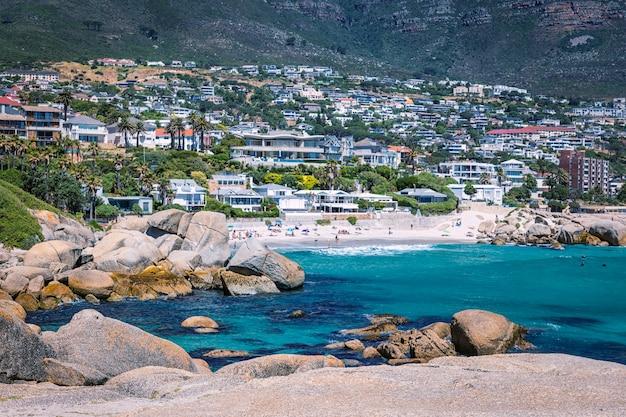 Vista do distrito de camps bay, com linda praia na cidade do cabo, áfrica do sul
