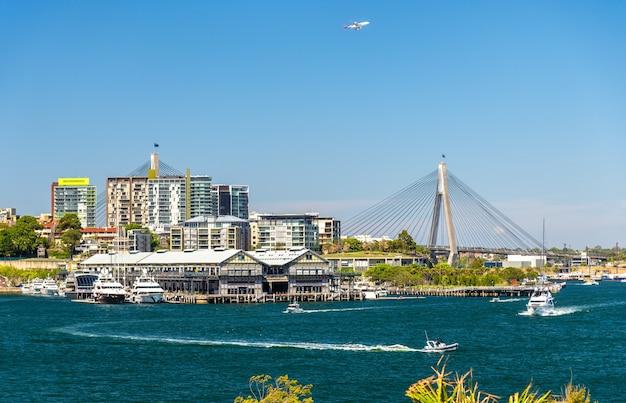 Vista do distrito de pyrmont e da ponte anzac em sydney