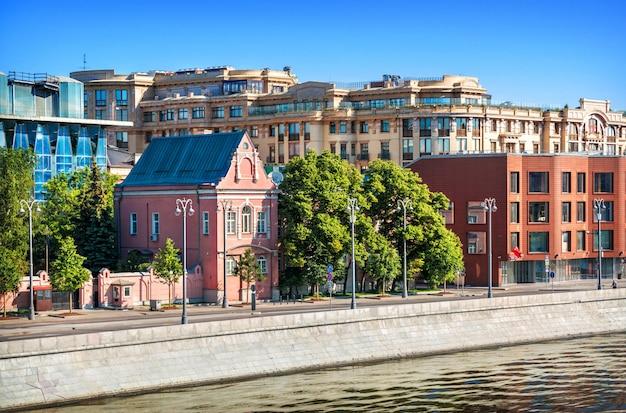 Vista do edifício da embaixada da nova zelândia em prechistenskaya embankment em moscou em uma manhã ensolarada de verão