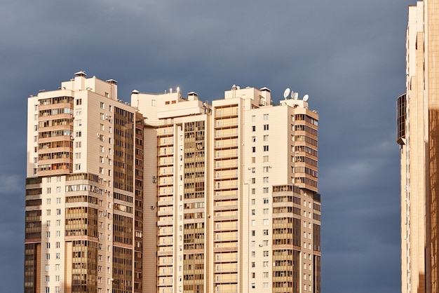 Vista do edifício moderno em uma paisagem da cidade