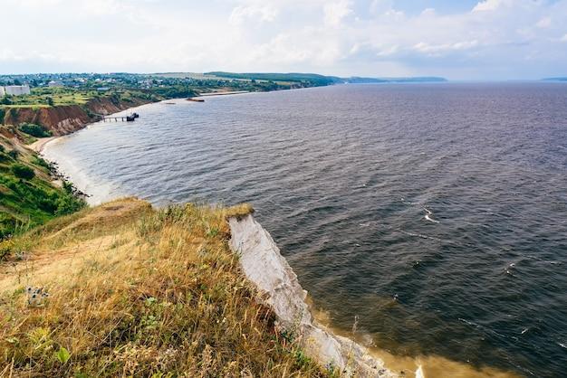 Vista do estuário do rio a partir do penhasco dolomita