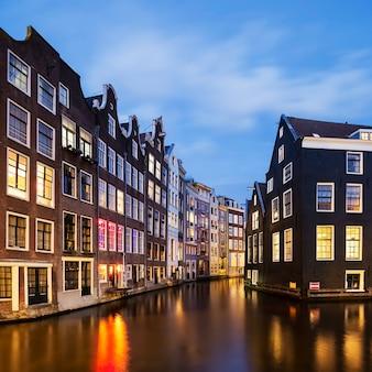 Vista do famoso canal de amsterdã à noite, holanda