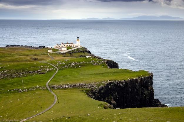 Vista do famoso farol de neist point, ao lado do penhasco na ilha de skye. escócia