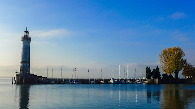 Vista do farol de lindau com fundo do mar e do céu azul, alemanha