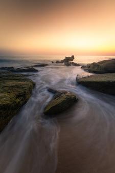 Vista do farol de trafalgar na província de cádiz, na espanha