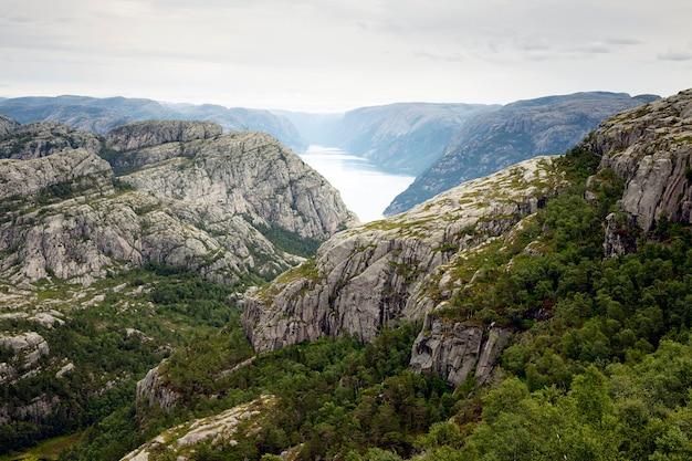 Vista do fiorde com falésias e água