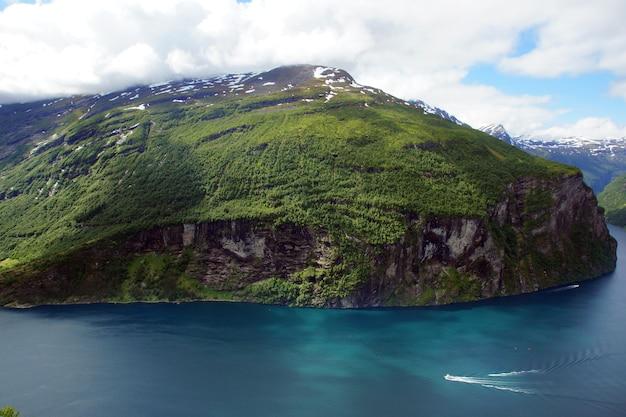 Vista do fiorde norueguês com água azul