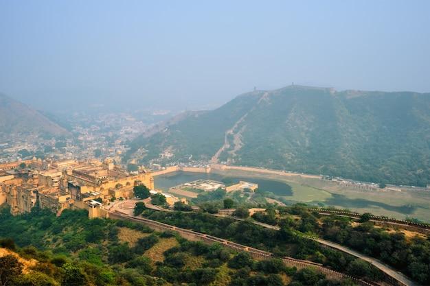 Vista do forte amer amber e do lago maota, rajasthan, índia