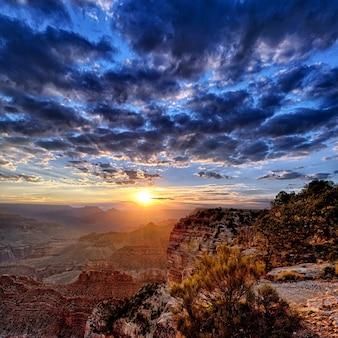 Vista do grand canyon ao nascer do sol em setembro