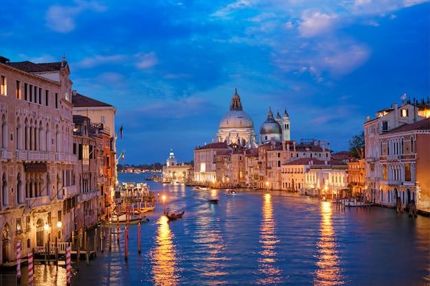 Vista do grande canal de veneza e da igreja de santa maria della salute à noite