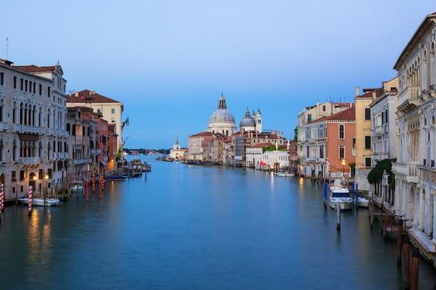 Vista do grande canal e da basílica de santa maria della salute, veneza, itália